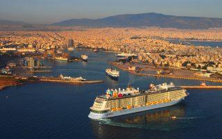 Το λιμάνι του Πειραιά είναι το πέμπτο μεγαλύτερο στην Ευρώπη, καθώς διακίνησε 1,3 εκατ. επιβάτες το 2013, ενώ ανάπτυξη καταγράφει και η κρουαζιέρα μεταξύ των Ελλήνων επιβατών, οι οποίοι αυξήθηκαν κατά 10% το 2014, δείγμα της προοπτικής περαιτέρω ανάπτυξης του κλάδου.