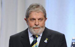 Η θητεία του Λούλα στο τιμόνι της Βραζιλίας βρίθει σκανδάλων, με κορυφαίο εκείνο του 2005, όταν προέκυψε πως η κυβέρνηση εξαγόραζε συστηματικά τις ψήφους γερουσιαστών με ποσά που έφθαναν τα 7.000 τον μήνα.