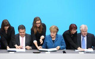 Παλαιότερες ευτυχισμένες στιγμές μεταξύ των σημερινών «αντιπάλων». Η καγκελάριος Μέρκελ και ο αντικαγκελάριος Γκάμπριελ υπογράφουν την κυβερνητική συμφωνία στις 16 Δεκεμβρίου του 2013.