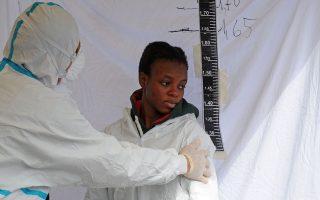 Μέτρηση ύψους και ιατρική εξέταση Αφρικανής μετανάστριας ύστερα από την αποβίβασή της από το πλοίο «Μπέτικα» του ιταλικού πολεμικού ναυτικού στο Σαλέρνο.