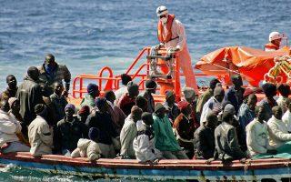 Μέλος της ακτοφυλακής στην Ισπανία παρακολουθεί ένα μικρό πλοιάριο με παράτυπους μετανάστες που έφτασε στην Τενερίφη.