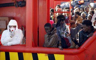 Παιδιά, γυναίκες και άνδρες από την Αφρική, τη Μέση Ανατολή και τη Νότια Ασία αποβιβάζονται στη Σικελία.