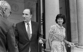 Ο πρόεδρος της Γαλλίας Φρανσουά Μιτεράν και η νόμιμη σύζυγός του, Ντανιέλ, η οποία πέθανε το 2011, βγαίνουν από το Μέγαρο των Ηλυσίων τον Ιούλιο του 1981.