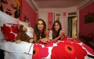 Μαμά και κόρη στο παιδικό δωμάτιο διαμερίσματος στο Upper East Side, κοντά στο Σέντραλ Παρκ.