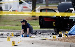 Το σημείο της επίθεσης εξετάζεται από μέλη του FBI στο Γκάρλαντ του Τέξας. Αστυνομικοί σκότωσαν δύο ενόπλους όταν άνοιξαν πυρ εναντίον φύλακα σε έκθεση με σκίτσα του Προφήτη Μωάμεθ.
