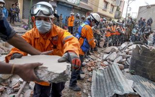 Πέτρα πέτρα, με το χέρι, απομακρύνουν τα χαλάσματα οι στρατιώτες στο Νεπάλ προκειμένου να απεγκλωβίσουν όσους παγιδεύτηκαν στο εσωτερικό των κτιρίων που κατέρρευσαν από τον ισχυρότατο χθεσινό σεισμό των 7,3 βαθμών της κλίμακας Ρίχτερ.