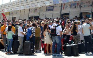Τουρίστες αποχωρούν από το αεροδρόμιο πεζοί καθώς απεργούν οι οδηγοί των τουριστικών λεωφορείων της Κρήτης, Παρασκευή 15 Μαΐου 2015.