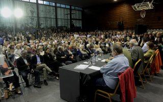 Οι ομιλητές και ο συντονιστής της εκδήλωσης, ομότιμος καθηγητής του ΕΚΠΑ, Θάνος Βερέμης, καταχειροκροτήθηκαν. Ισχυρή ήταν η παρουσία πολιτικών.