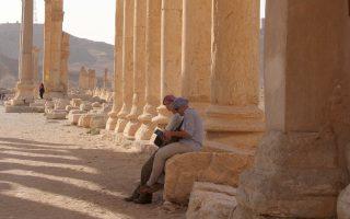 Τουρίστες στον αρχαιολογικό χώρο της Παλμύρας, από φωτογραφία αρχείου του 2010. Μέχρι χθες το βράδυ, δεν είχαν αναφερθεί καταστροφές από τους τζιχαντιστές που εκτέλεσαν τουλάχιστον 217 ανθρώπους.