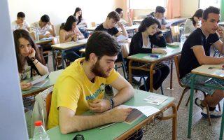 Μαθητές της Γ' λυκείου συμμετέχουν στις πανελλαδικές εξετάσεις στο 3ο Λύκειο Ηρακλείου, Δευτέρα 18 Μαΐου 2015. Με το μάθημα της Νεοελληνικής Γλώσσας ξεκίνησαν σήμερα  οι πανελλαδικές εξετάσεις για τους υποψήφιους των ημερήσιων και εσπερινών Γενικών Λυκείων και των ημερήσιων και εσπερινών Επαγγελματικών Λυκείων. Φέτος οι 101.508 υποψήφιοι,  θα διεκδικήσουν 68.345 θέσεις σε Πανεπιστήμια και ΤΕΙ όλης της χώρας. ΑΠΕ ΜΠΕ/ΑΠΕ ΜΠΕ/ΣΤΕΦΑΝΟΣ ΡΑΠΑΝΗΣ