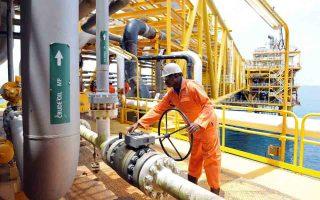 Η μεγάλη πτώση της τιμής πετρελαίου έχει οδηγήσει κολοσσούς του κλάδου, όπως οι Shell, ConocoPhillips και Statoil, σε σημαντικές περικοπές δαπανών και ματαιώσεις επενδύσεων.