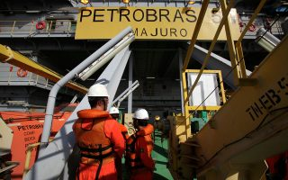Τα χρήματα της Petrobras διοχετεύθηκαν σε ένα δίκτυο τουλάχιστον 300 τραπεζικών λογαριασμών σε τράπεζες της Ελβετίας και «ξεπλύθηκαν» μέσα από κάθε είδους οικονομική δραστηριότητα, από βενζινάδικα μέχρι έργα τέχνης.
