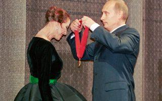 Η βράβευσή της, για την προσφορά της στην πατρίδα της, από τον Βλαντιμίρ Πούτιν το 2000.