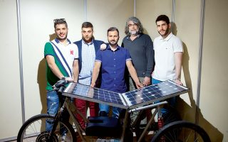 Η ομάδα του Τμήματος Διαχείρισης Περιβάλλοντος και Φυσικών Πόρων -με επικεφαλής τον καθηγητή Φραγκίσκο Κουτελιέρη- καμαρώνει το δημιούργημά της, το ηλιακό τρίκυκλο.