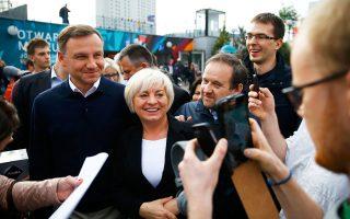 Ο Αντρέι Ντούντα, λίγες ώρες πριν από την έναρξη της εκλογικής διαδικασίας, περπάτησε στους δρόμους της Βαρσοβίας επιτρέποντας σε οπαδούς του να φωτογραφηθούν μαζί του.