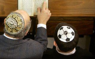 Εικόνα από συναγωγή του Βερολίνου. Οι συχνές επισκέψεις του Μέντελ Σίνγκερ στη συναγωγή δεν τον έσωσε από τα προβλήματα.