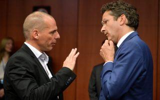 Ο επικεφαλής του Eurogroup Γερούν Ντάισελμπλουμ συνομιλεί με τον Γ. Βαρουφάκη.