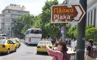 Δεινοπαθούν καθημερινά οι κάτοικοι και οι επισκέπτες στην Πλάκα και την Ακρόπολη κατά την τουριστική περίοδο. Για «καυσαέρια, ηχορρύπανση, κατάληψη πεζοδρομίων, διαβάσεων» διαμαρτύρονται στην «Κ» κάτοικοι, καθώς υπάρχουν ημέρες που πάνω από 400 πούλμαν προσεγγίζουν την Ακρόπολη, εκτός των ταξί. Η ευρύτερη περιοχή, με ελάχιστες υποδομές στάθμευσης, καλείται να υποδεχθεί χιλιάδες επισκέπτες χωρίς σχέδιο, παρότι η κατάσταση επαναλαμβάνεται κάθε χρόνο.