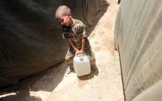 Ενα αγόρι από το Ραμάντι μεταφέρει νερό σε καταυλισμό εκτοπισμένων κοντά στη Βαγδάτη.