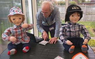 Τα ανθρωποειδή παιδιά με τον 'πατέρα' τους, δόκτωρ Ben Robbins.