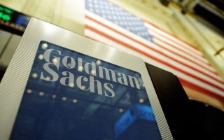 Επικαλούμενη εκτιμήσεις επενδυτών και hedge funds, η Goldman Sachs εναρμονίζει τις εκτιμήσεις της με τις δικές τους για υποχώρηση της τιμής του βαρελιού στα 55 δολ. έως το 2020.
