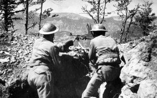 Ανδρες του Εθνικού Στρατού, κατά τη διάρκεια του Εμφυλίου, ενώ βάλλουν με πολυβόλο.