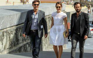Ο σκηνοθέτης François Ozon με τους Romain Duris και Anais Demoustier, πρωταγωνιστές στην ταινία του, Καινούρια Φιλενάδα.