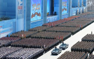 Παρά την απουσία της μεγάλης πλειονότητας των Δυτικών ηγετών, ο εορτασμός της Μόσχας για τα 70 χρόνια από τη λήξη του Β΄ Π.Π. ήταν αντάξιος μιας παγκόσμιας δύναμης, που έκανε επίδειξη στρατιωτικής ισχύος.