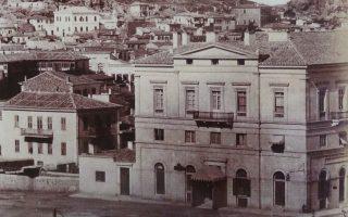 Στην αριστερή γωνία της Πλ. Συντάγματος με την Ερμού, υπήρχε το Μέγαρο Κορομηλά. Στο ισόγειο υπήρχε το καφενείο του Ζαβορίτη. Ηταν ένα από τα παλαιότερα κτίρια της πλατείας, που κατεδαφίστηκε στη δεκαετία του '60.