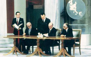 Ζάππειο, 28 Μαΐου 1979. Η υπογραφή της Συνθήκης Προσχωρήσεως στις Ευρωπαϊκές Κοινότητες. Γ. Ράλλης, Κων. Καραμανλής, Γ. Κοντογεώργης.