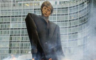 Γεωργοί πυρπολούν ομοίωμα της Γερμανίδας καγκελαρίου Μέρκελ στις Βρυξέλλες, διαμαρτυρόμενοι για τις επιπτώσεις που θα έχει η TTIP στον τομέα της εργασίας τους.