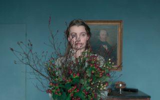 H γυναίκα ως μέρος μιας σύνθεσης νεκρής φύσης. Η Μπίρτε Σνέινκ, πρωταγωνίστρια στην «Τρελή αγάπη».
