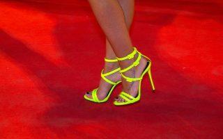 Ανώνυμη καλεσμένη ποζάρει με τα ψηλοτάκουνα παπούτσια της στο κόκκινο χαλί του 68ου φεστιβάλ των Καννών πριν από την προβολή της ταινίας «The Lobster» του Γιώργου Λάνθιμου