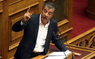 Ακόμη πιο σκληρή ήταν η ανακοίνωση του Στ. Θεοδωράκη, ο οποίος εξήρε την προσπάθεια του κ. Στουρνάρα να κρατήσει ζωντανή τη χρηματοδότηση των τραπεζών.
