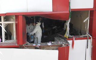 Αστυνομικοί ερευνούν γραφεία του HDP στα Αδανα, για ίχνη εκρηκτικού μηχανισμού.
