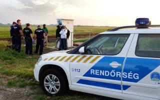 Ούγγροι συνοριακοί φρουροί συλλαμβάνουν πρόσφυγες και μετανάστες προερχόμενους από την Αφρική.