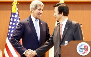 epa04754543 US Secretary of State John Kerry (L) shakes hands with South Korean foreign minister Yun Byung-Se (R) after a joint press conference at the Ministry of Foreign Affairs in Seoul, South Korea, 18 May 2015. Kerry is in South Korea on a two-day official visit to discuss a range of global, regional, and bilateral issues, as well as President Park's upcoming visit to the United States.  EPA/JEON HEON-KYUN / POOL