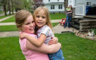 Η Αλέξις Χάτσινσον (δεξιά), η οποία αγκαλιάζει την εννιάχρονη αδελφή της, είναι ένα υγιέστατο κοριστάκι 5 ετών που γεννήθηκε πολύ πρόωρα, στην 22η μόλις εβδομάδα της κύησης αλλά κατάφερε να επιζήσει και πλέον απολαμβάνει μια χαρούμενη ζωή.