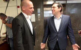 Ο πρωθυπουργός Αλέξης Τσίπρας με τον υπουργό Οικονομικών Γιάνη Βαρουφάκη, λίγο πριν από τη συνεδρίαση της ομάδας πολιτικής διαπραγμάτευσης, στο υπουργείο Οικονομικών.