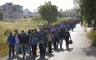 Εκατοντάδες μετανάστες και πρόσφυγες καταφθάνουν καθημερινά στα νησιά του Αιγαίου –η φωτογραφία χθες από την Κω– προκαλώντας το αδιαχώρητο σε δημόσιους χώρους και δοκιμάζοντας τις αντοχές των τοπικών κοινωνιών