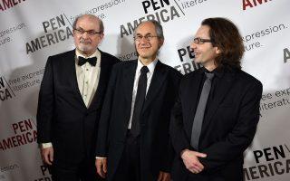 Ο Σαλμάν Ρούσντι, ο διευθυντής σύνταξης του Charlie Hebdo Ζεράρ Μπιάρ και o κριτικός λογοτεχνίας Ζαν-Μπατίστ Τορέ στην τιμητική τελετή βράβευσης της ένωσης PEN, στη Νέα Υόρκη.