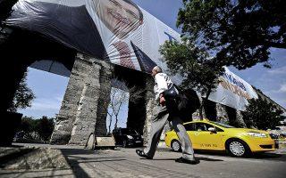 Γιγάντιο πανό με το πορτρέτο του Αχμέτ Νταβούτογλου σε ιστορικό αξιοθέατο της Κωνσταντινούπολης.