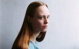 Η έκθεση «Faces» περιλαμβάνει και πορτρέτα εμπνευσμένα από αναγεννησιακά ζωγραφικά πρότυπα. Εδώ, άτιτλο έργο της Ελεν βαν Μιν (1995).