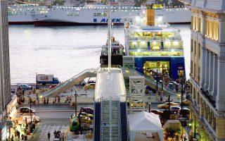 Η πεζογέφυρα που ενώνει τον σταθμό του ηλεκτρικού με το λιμάνι του Πειραιά εγκαινιάστηκε μετά βαΐων και κλάδων τον Αύγουστο του 2006. Εννέα χρόνια μετά, οι κυλιόμενες σκάλες υπολειτουργούν...