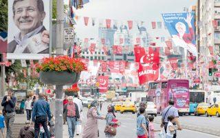 Χρωματική πανδαισία προκαλεί η προεκλογική περίοδος στους δρόμους της Κωνσταντινούπολης, με τους Τούρκους ψηφοφόρους να προσέρχονται αύριο στις κάλπες και τον πρωθυπουργό Νταβούτογλου να ελπίζει σε αυτοδυναμία του Κόμματος Δικαιοσύνης και Ανάπτυξης (AKP) του Ρετζέπ Ταγίπ Ερντογάν, το οποίο προηγείται στις δημοσκοπήσεις.