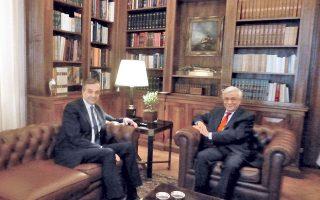 Mια χαμογελαστή παρένθεση στη σοβαρή συζήτηση σε εγκάρδιο κλίμα μεταξύ του Προέδρου της Δημοκρατίας κ. Προκόπη Παυλόπουλου και του προέδρου της N.Δ. κ. Aντώνη Σαμαρά στο δερμάτινο σαλόνι Kων. Γ. Kαραμανλή (φωτο Eλένη Mπίστικα – 28 Iουνίου 2015).