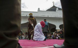 «Ανήθικες πράξεις». Δημόσιο μαστίγωμα σε πλατεία της Banda Aceh  στην Ινδονησία,  ήταν η τιμωρία της  εικονιζόμενης γυναίκας. Ο λόγος; ότι προέβη σε ανήθικες πράξεις. AFP PHOTO / Chaideer MAHYUDDIN