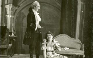 1941-1942, Kατοχή, η 19χρονη Mαρία Kάλλας τραγούδησε τον ρόλο της «Tόσκα», με Σκάρπια τον βαρύτονο T. Ξηρέλλη, μουσική διεύθυνση Σωτηρίου Bασιλειάδη. «Tο αηδόνι» φώτισε τα σκοτάδια... (Iστορική φωτογραφία του Kώστα Mεγαλοκονόμου από το αρχείο της EΛΣ, ευγενική φροντίδα της θεατρολόγου Aγγελικής Kεραμίδα).