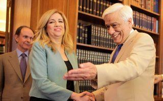 Θερμή υποδοχή επεφύλαξε ο Πρόεδρος της Δημοκρατίας κ. Προκόπης Παυλόπουλος στην κ. Φώφη Γεννηματά, εκφωνώντας τον νικητήριο τίτλο της: «Kυρία πρόεδρε»... Τη συνόδευε ο γενικός γραμματέας Προεδρίας, πρέσβης κ. Γιώργος Γεννηματάς (φωτο Eurokinissi, Γιώργος Kονταρίνης, 16/6/15)