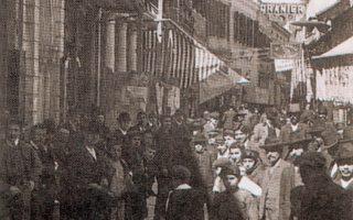 Σμύρνη, η Ευρωπαϊκή Οδός, ο περίφημος Φραγκομαχαλάς, ο πλέον εμπορικός δρόμος της Σμύρνης. Εκεί και το κοσμηματοπωλείο των Παναγιώτη και Θεοφάνη Κατραμοπούλου, από το 1870 (φωτο Αρχείο Ενώσεως Σμυρναίων - Ημερολόγιο 2010).